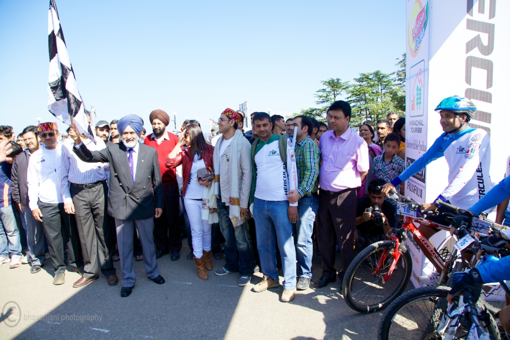 The chief guest flags off the 8th edition of MTB Himalaya rally